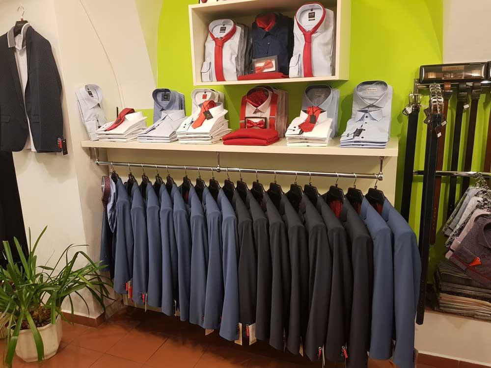 Pánská saka, košile a pásky v prodejně Yvonne König v Českých Budějovicích