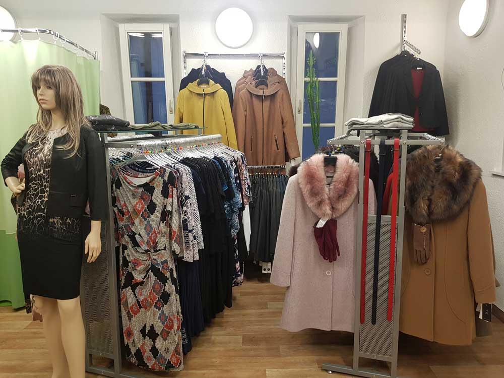 Interiér s dámskou módou v prodejně Yvonne König v Českých Budějovicích