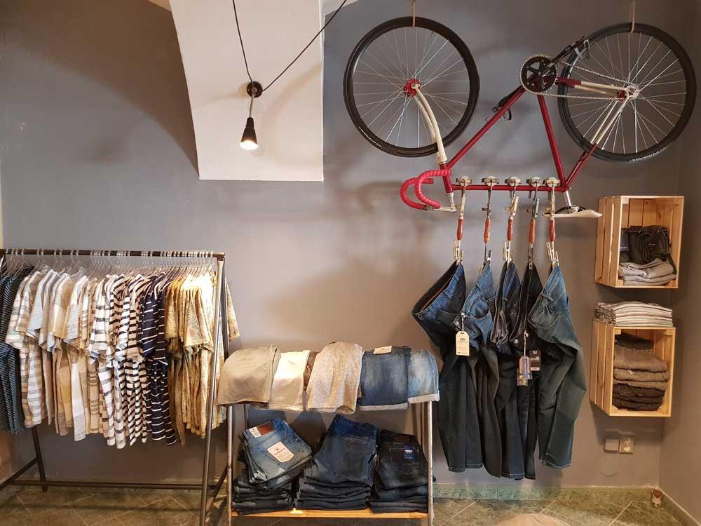 Zavěšené jízdní kolo s módním sortimentem v prodejně Yvonne König v Moravské Třebové na náměstí